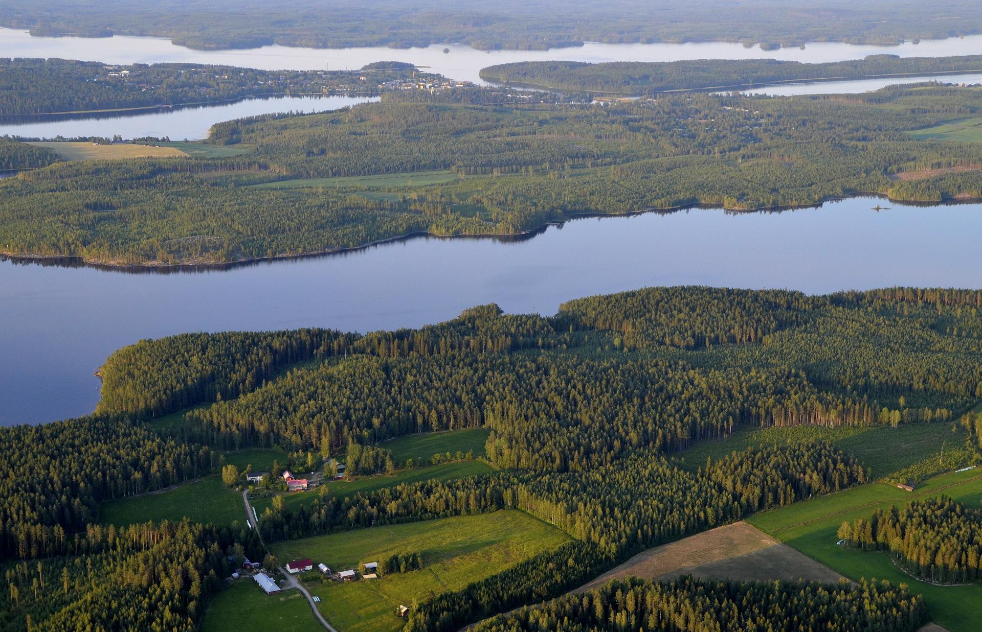 Hännilä ja Ränttälä peltomaisemassa.