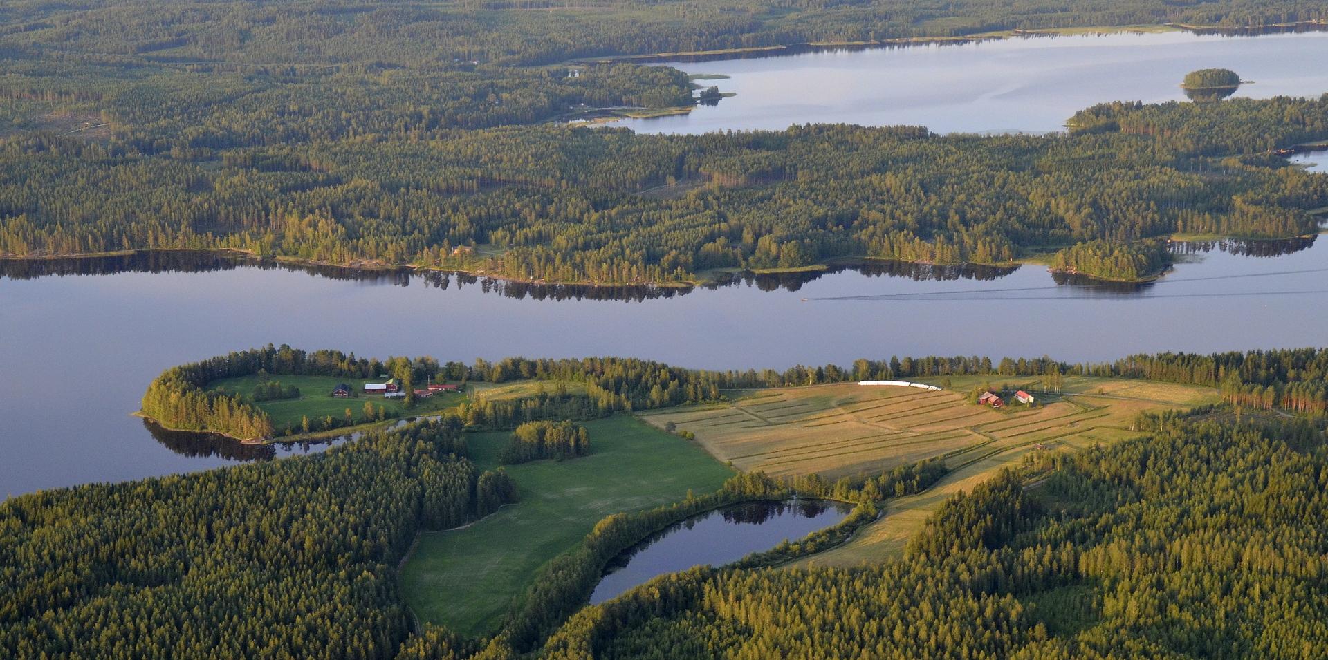 Saikaa ja Vermatsaari salmen takana, joka niemeltä näyttää.