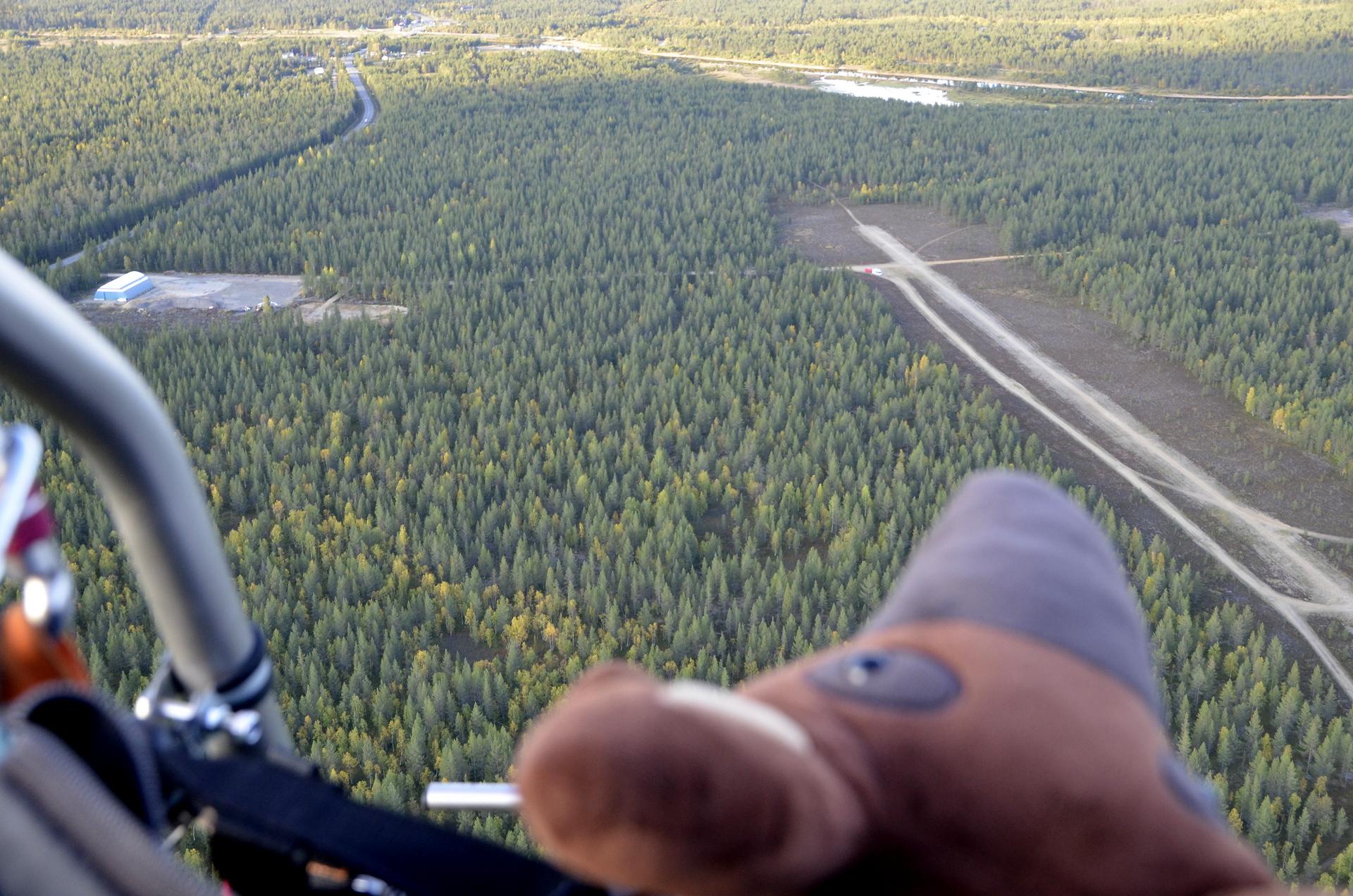 Tullaan Tapsa-tapiirin kanssa Vuotson sodan aikaiselle lentokentälle.