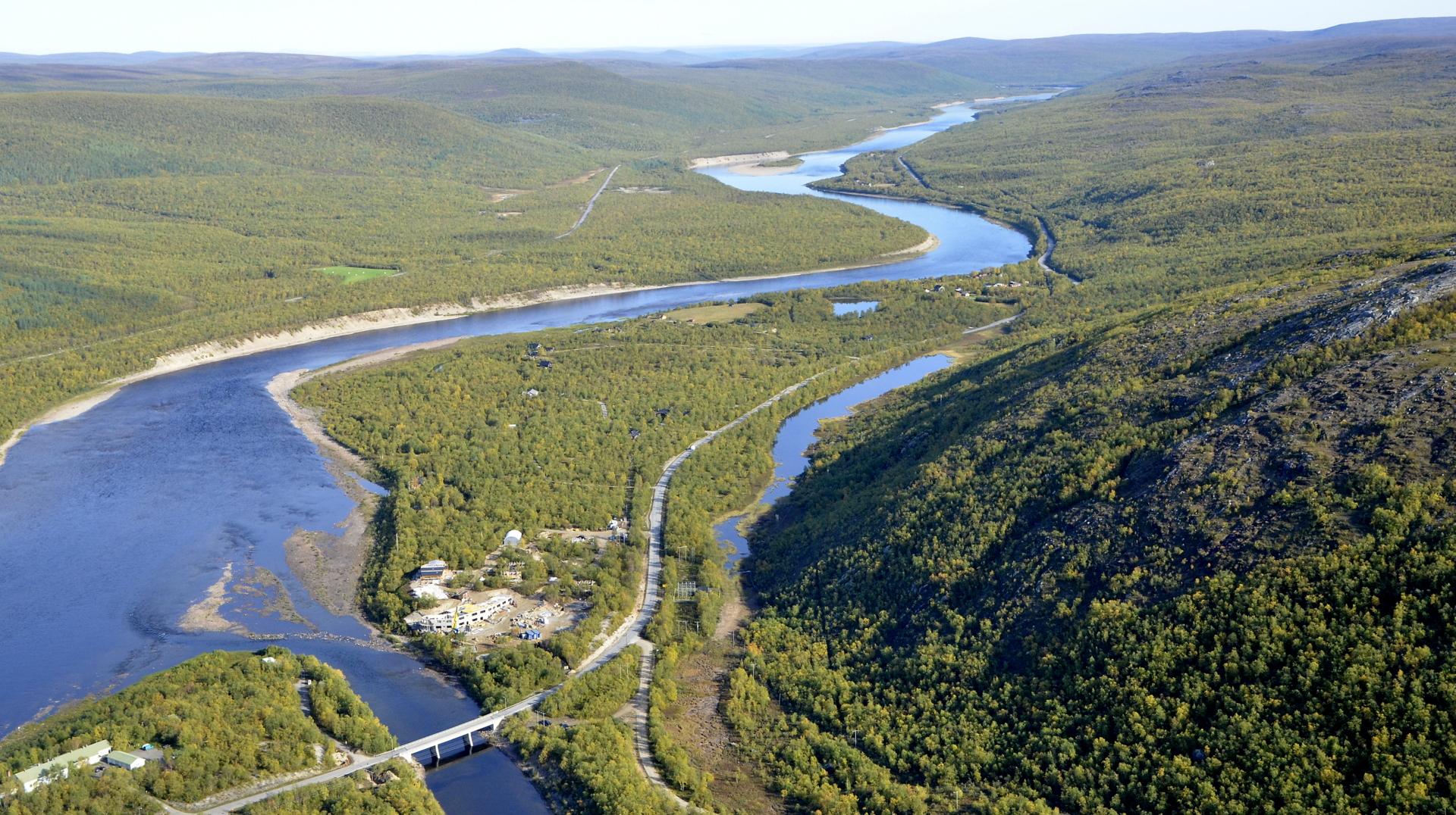 Uutta hotellia rakennetaan joen penkalle, Nuorgamin tien viereen.