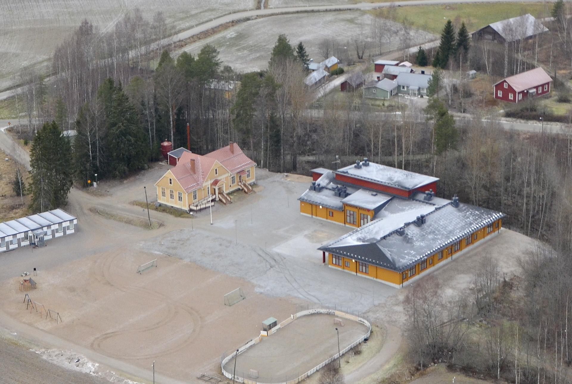 Koiviston vanha ja uusi hirrestä rakennettu koulu. Vielä hetken toiminnassa oleva konttikoulu vasemmalla.