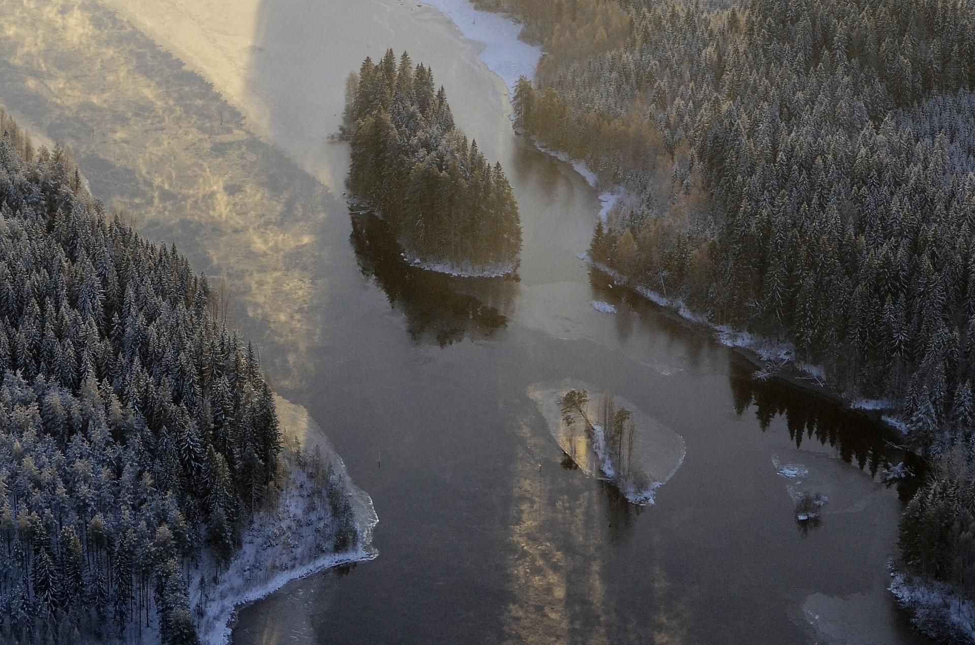 Historian havinaa. Pienemmän saaren kohdalla oli kauan sitten silta, jonka yli liikenne kulki poikki suomen.