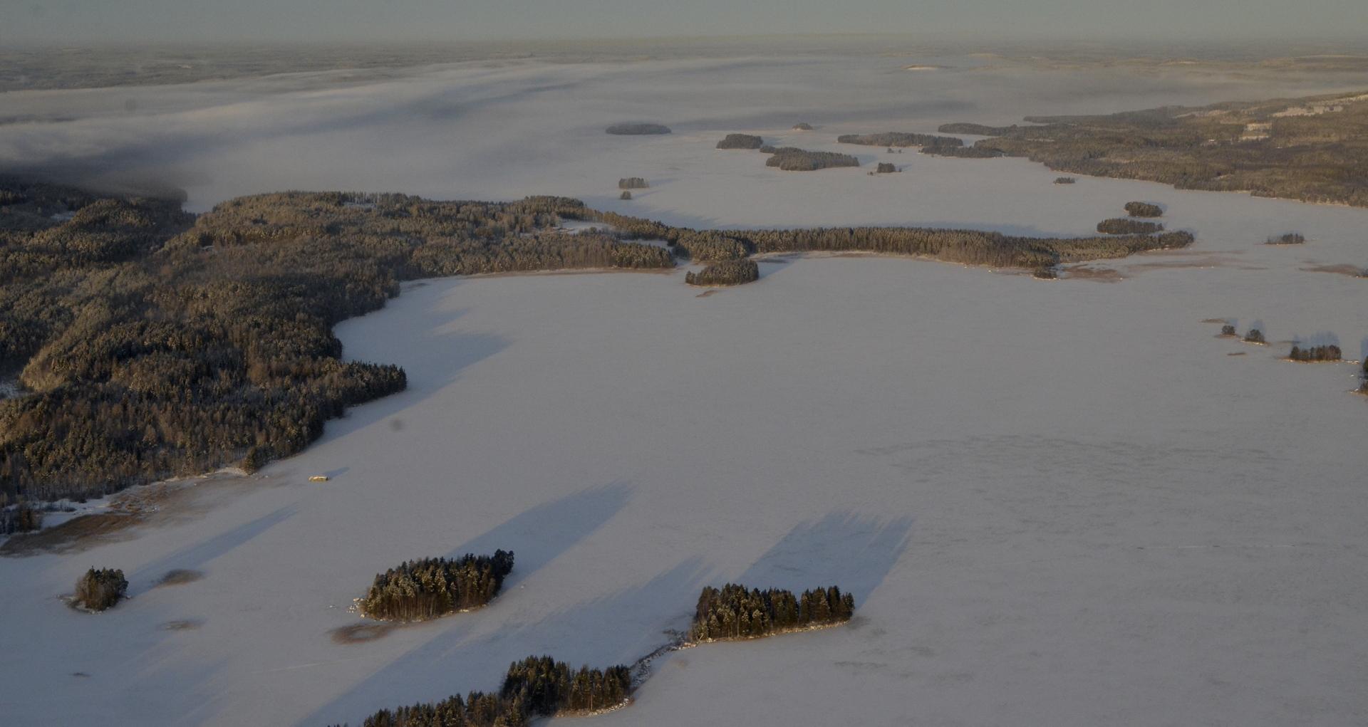Kovalanniemi ulottuu pitkälle järven selälle.