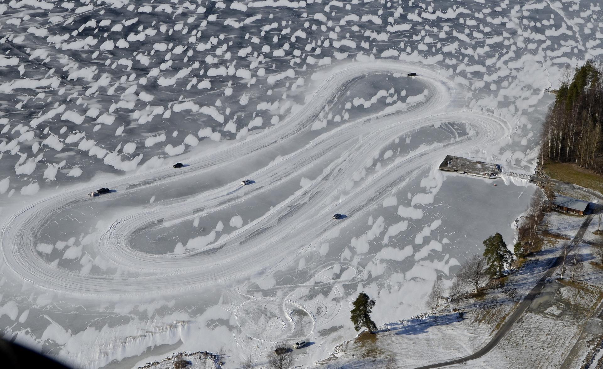 Jään pinta näyttää erikoiselta lumiläikkien takia.