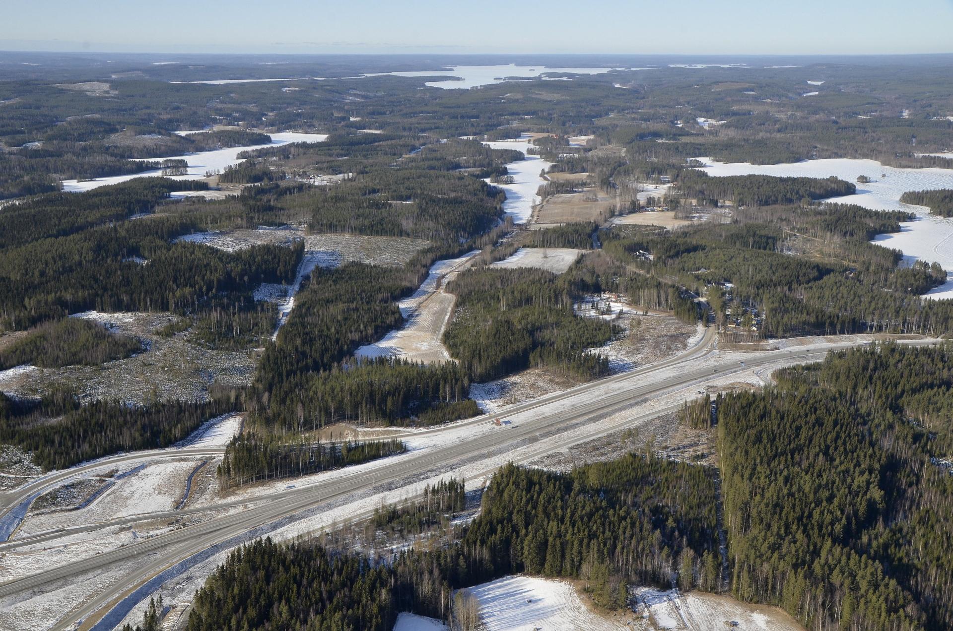 Reitti Järvenpäähän ja Savipohjalle erkanee nelostiestä vasemmalle. Taustalla Pyhäjärvi.