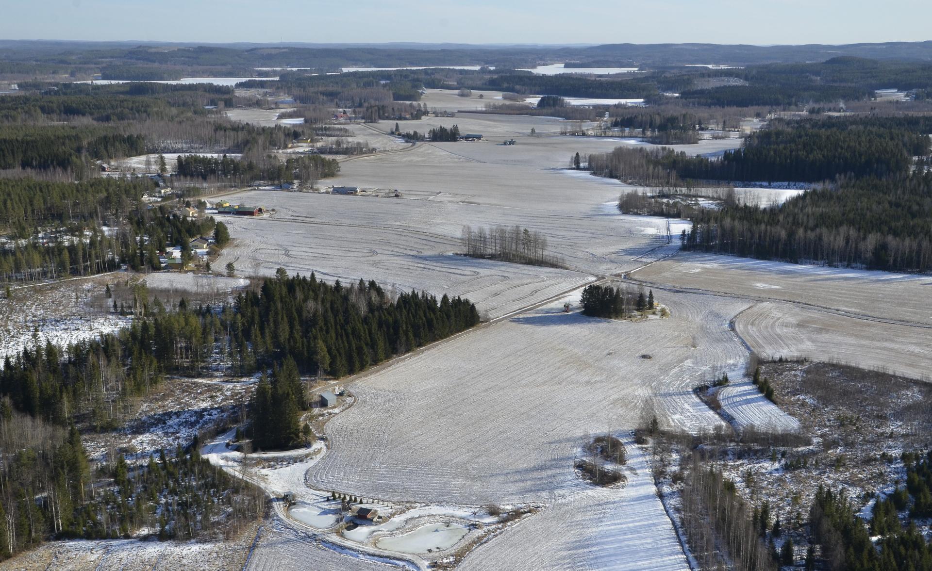Peltoaukea Hietamalta Honkolaan. Taustalla näkyy Niinivesi.