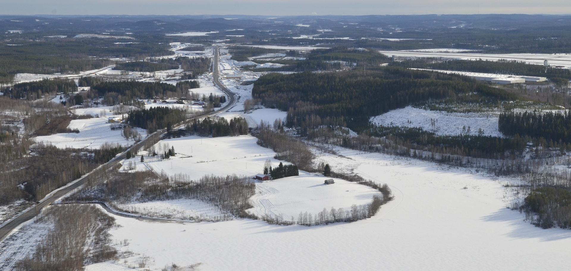 Alanenjärvi, oikealla näkyy Tikkakosken lentokenttä.