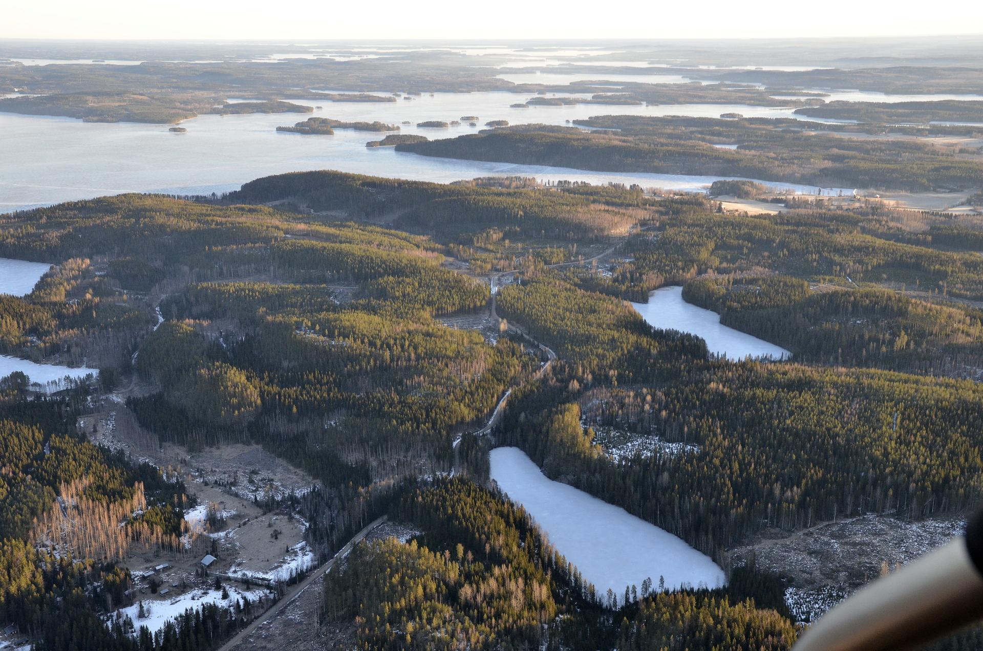 Vintilälahti vasemmalla, pienet lammet edessä Vuorilampi ja Mäkilampi.
