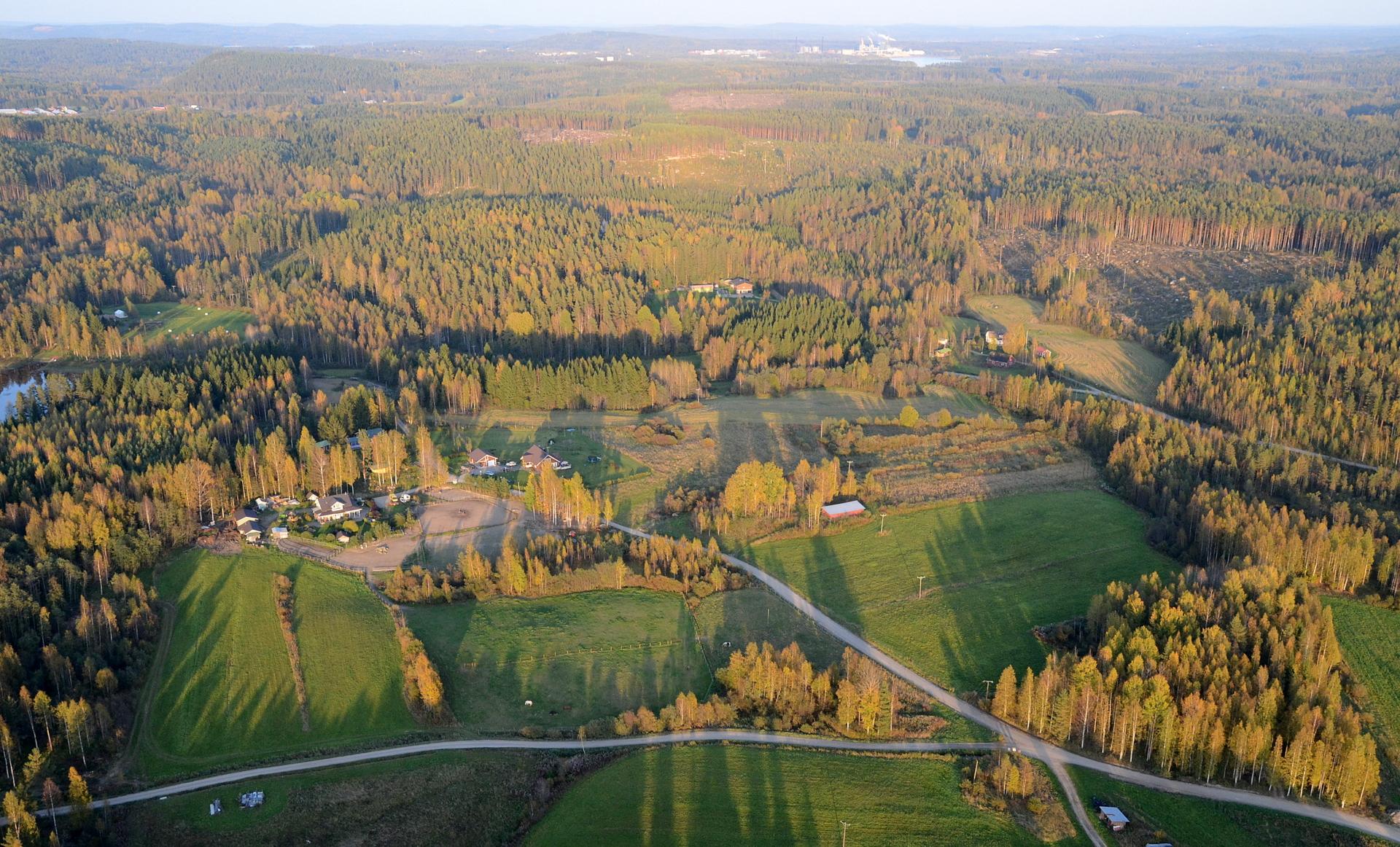 Töllölänlahden taloja teollisuuden suuntaan nähtynä.