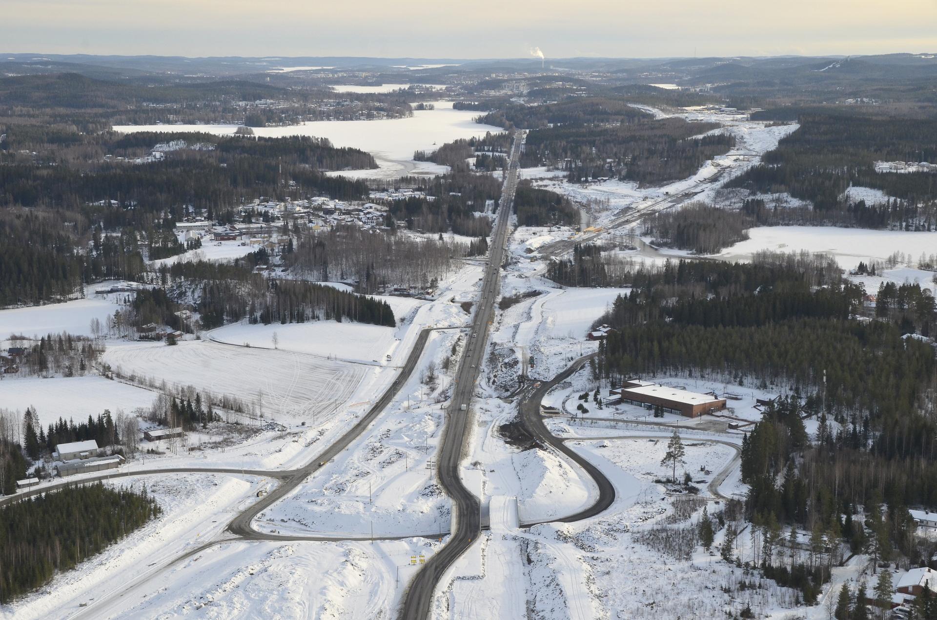 Uudet reitit jo käytössä. Kauempana näkyy hyvin tien uusi linjaus vanhaan nelostiehen nähden.