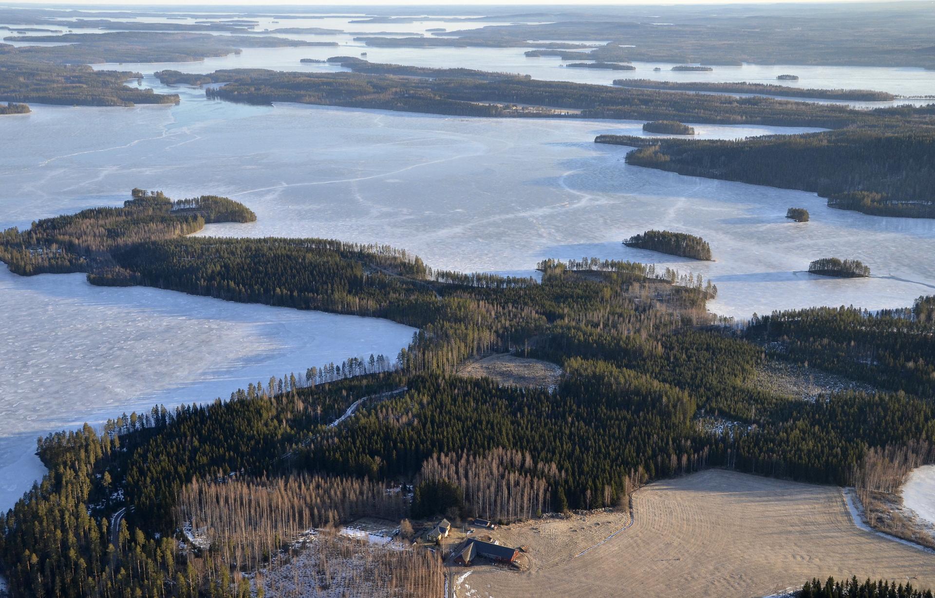 Jänislahti pellon laidalla ja Matilanselkä Kelloniemen takana.