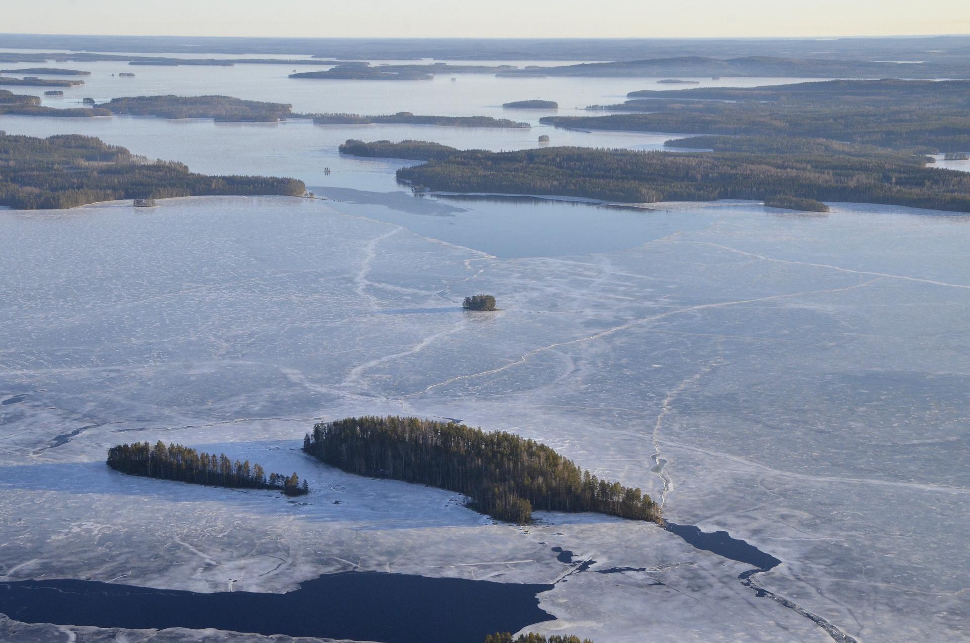 Härkinsalmessa, kuvan keskivaiheilla paljon sulaa vettä. Lähin selkä Kertonselällä sitten Pieni-Koivuselkä, seuraavana Karttuselkä ja sen takana vielä Kokonselkä.
