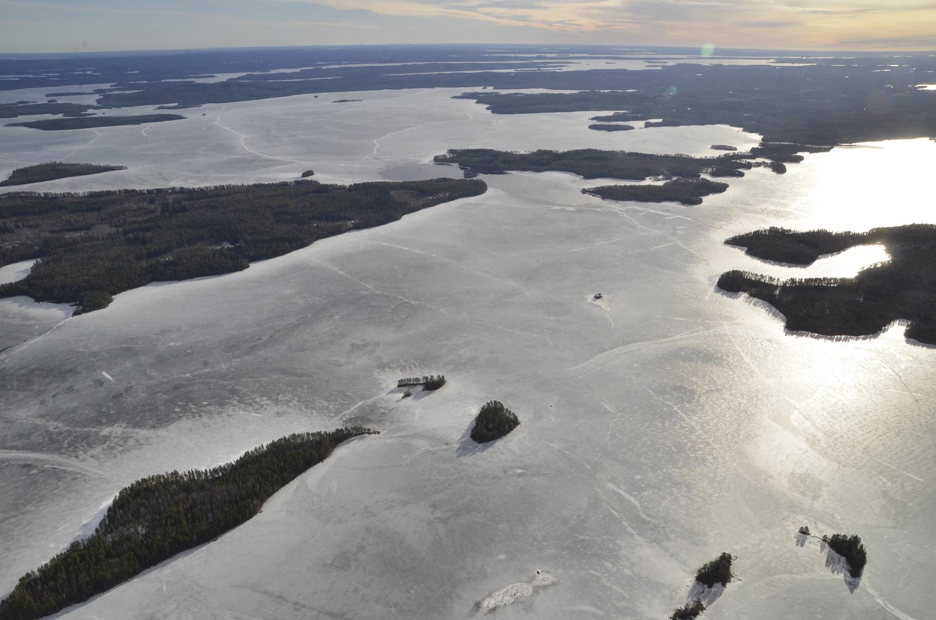 Oikealla pilkottaa Konnevesijärvi Pahitun sulan veden takana.