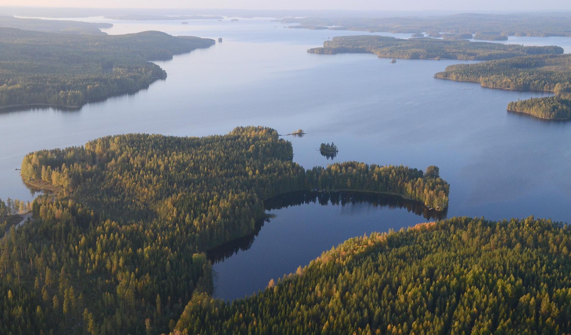 Lähimpänä Suottarinlahti Aittoniemen kainalossa. Pyhäjärvi pohjoisen suuntaan nähtynä.