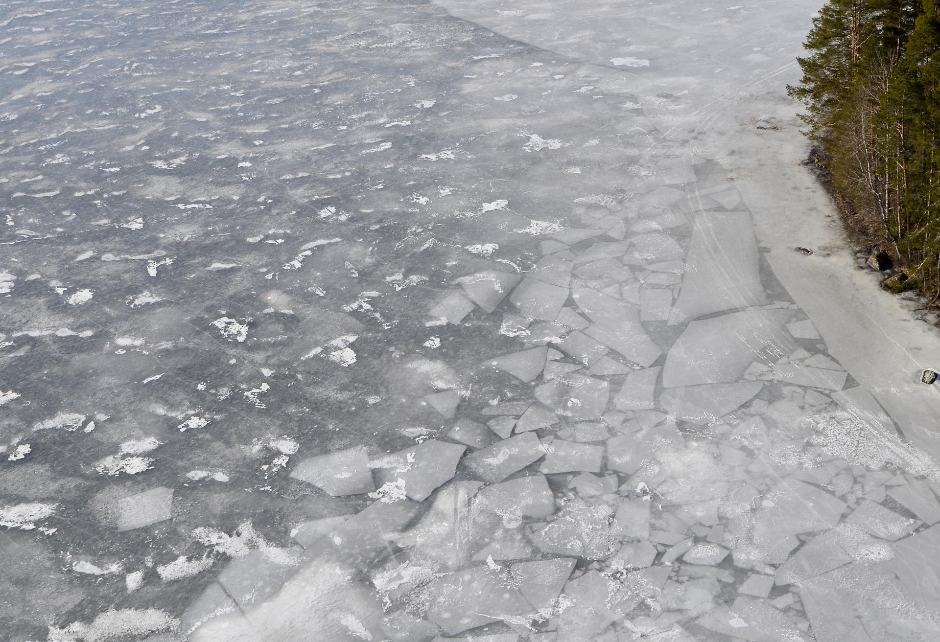Tässä näkyy jäässä miten syksyllä on jäät murtuneet ja sitten vasta umpeen jäätynyt.