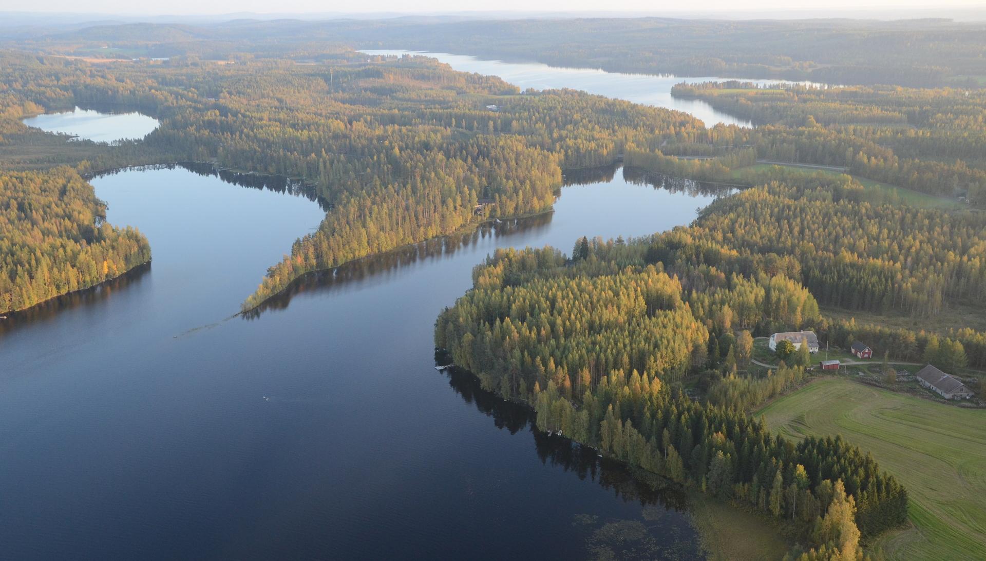 Parantalaa Pyhäjärven ja Kiimasjärven kannaksella. Tuo terävä niemi on Huutoniemi.