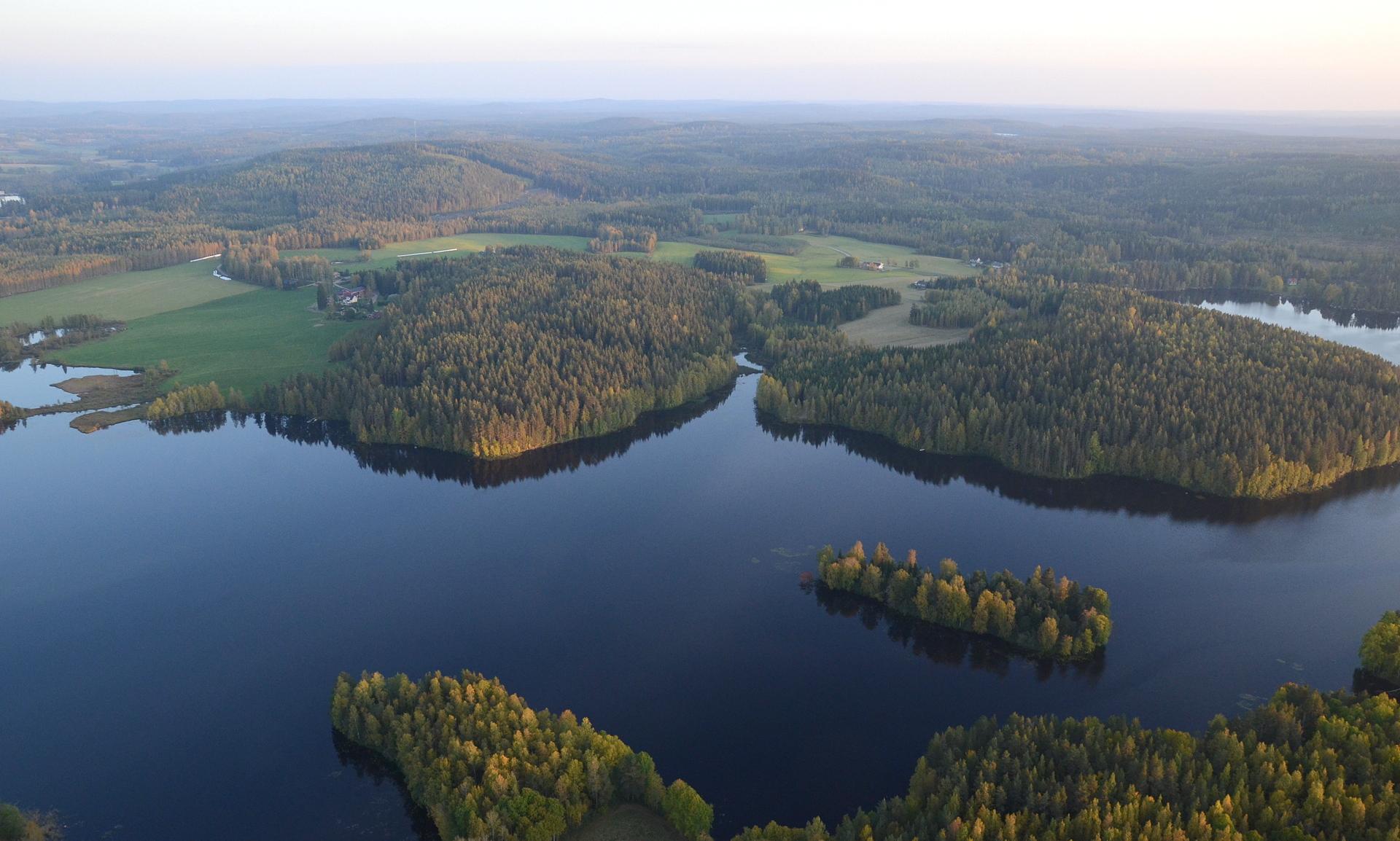 Talasniemi ja Lehtoniemi Kiimasjärven takana Saarijärventien puolelta katsottuna.