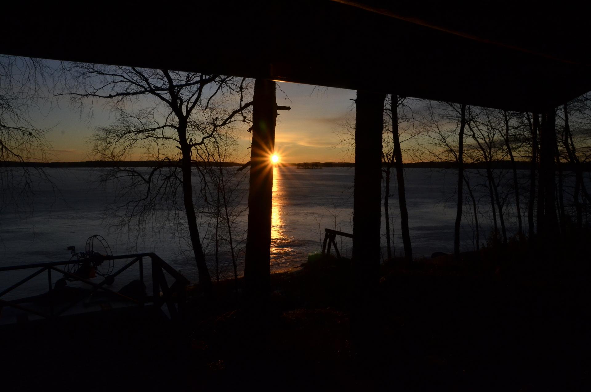 Sieltä aurinko kurkistaa Pahitunsalmen suunnalta:)