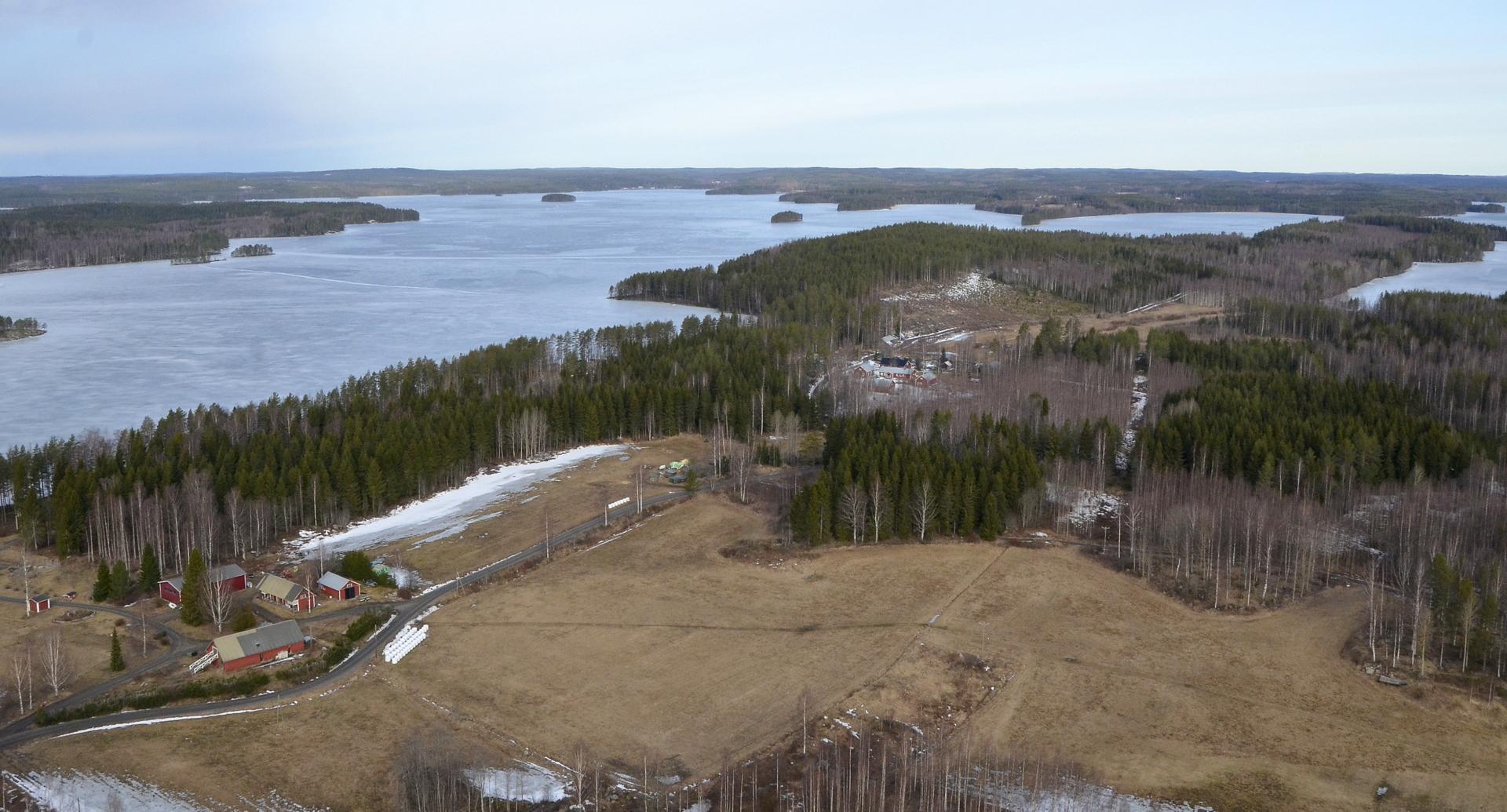 Vasemmalla Riihilahti ja Riihimäen tila. Oikealla Muokkala ja Riihiniemi. Kuvan keskellä Räihänselän takana Lintulahti.