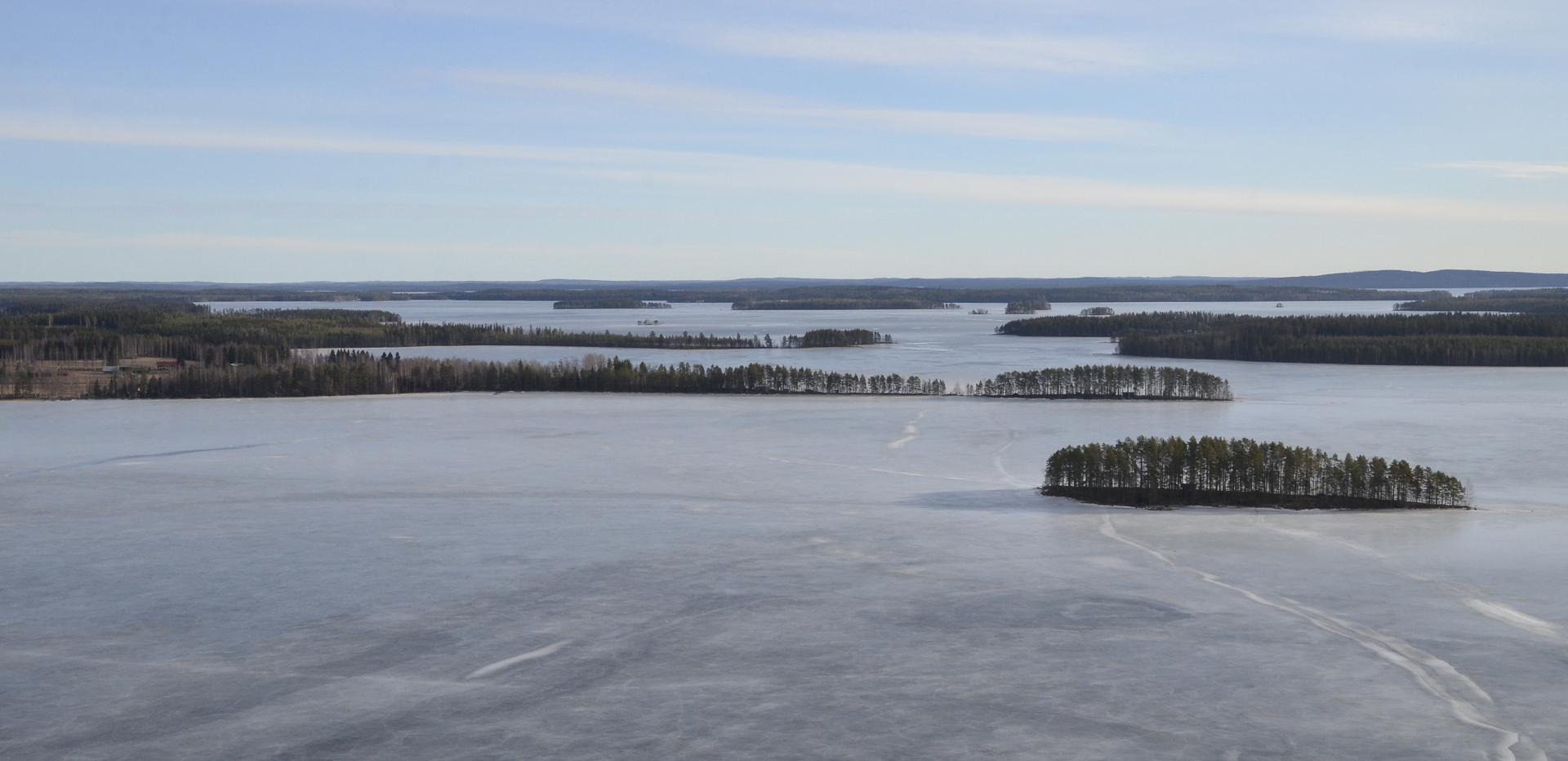 Näkymä Soskonniemen yli. oikealla Korisaari.