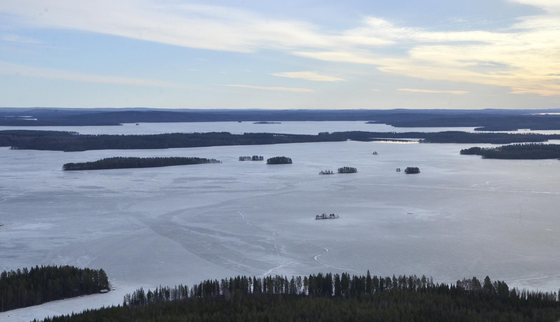 Palaan takaisin Koivuselän puolelle, vasemmalla Lokalahti ja kuvassa taaempana Karttuselkää sulan Pahitun takana.