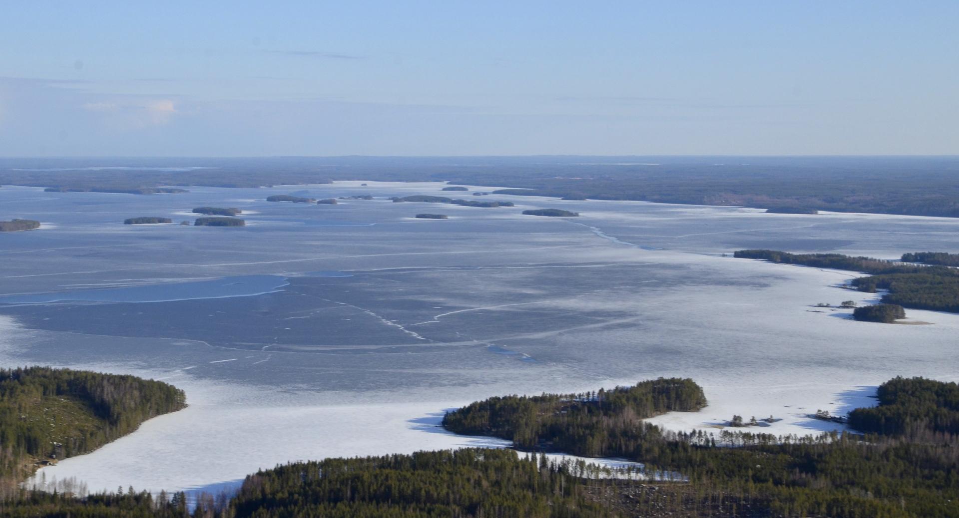Koliman suuren selän kansi vielä melko jäinen. Pieniä sulia kohtia siellä täällä. Kuvassa oikealla Järkiniemen kärki.