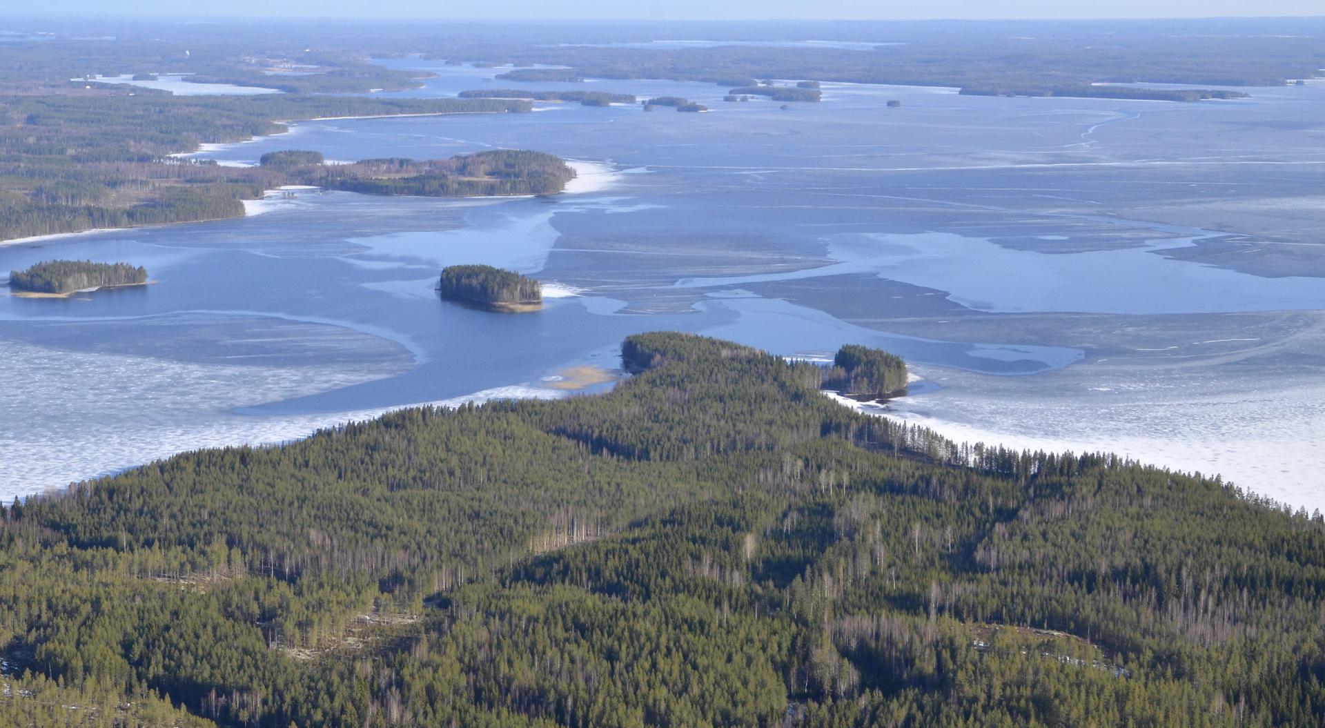 Lähimpänä Lehtoniemi. Järven selän takana Pihtiputaan taajama.