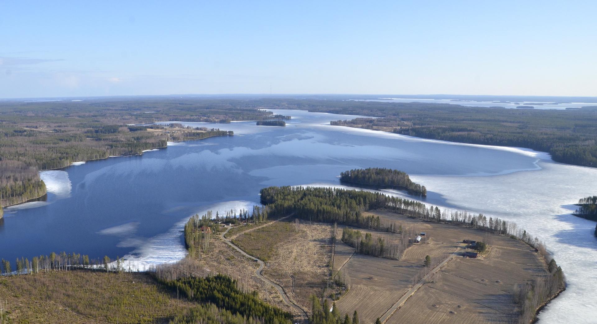 Vielä vilkaisu Löytänäjärven yli Ilosjoen suuntaan, jossa kohta pyörii tuulimyllyt?