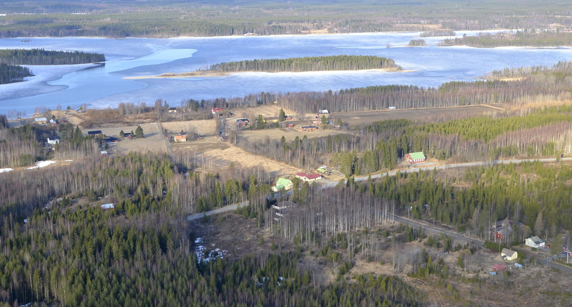 Lökönkylä, taustalla Keitelepohjaan johtava lahti oikealla.