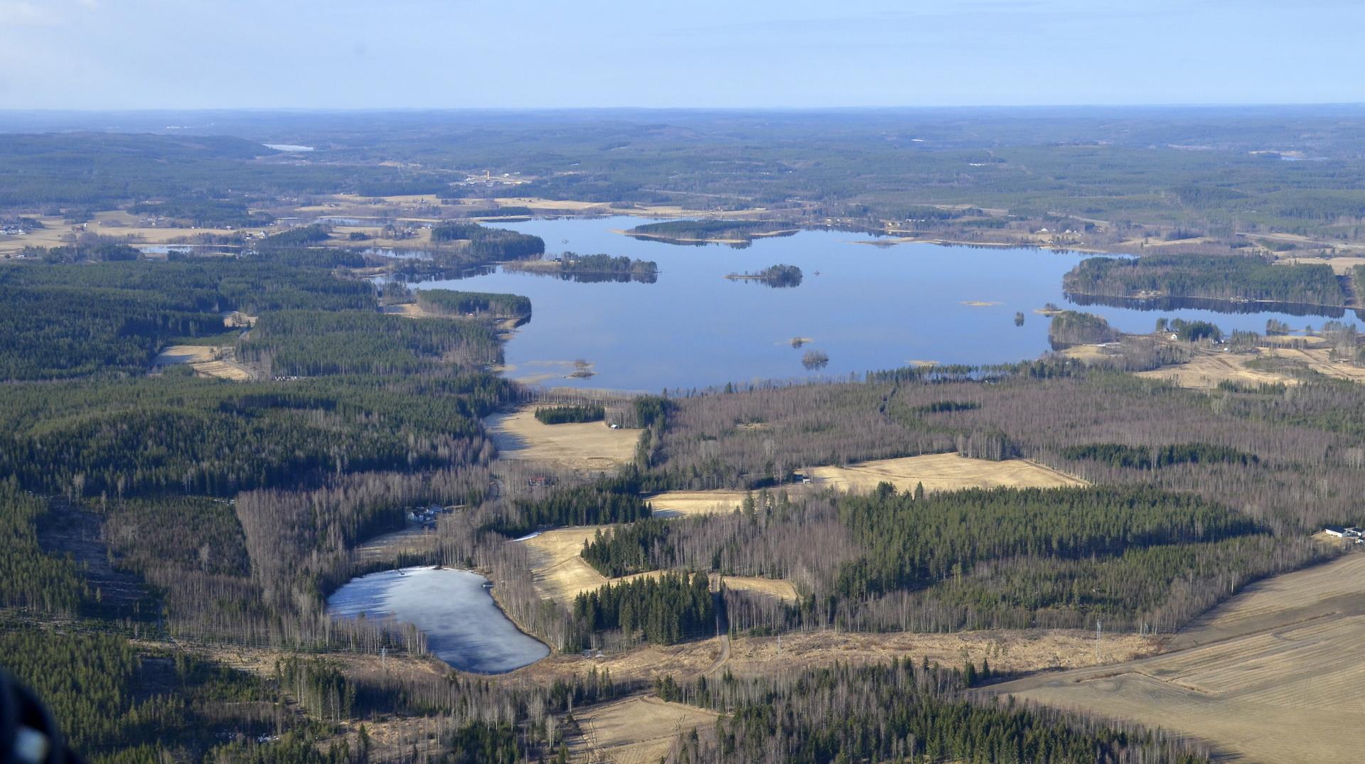 Niinivesi Koivistossa ollut sulana jo liekö pari viikkoa. Lampilanlampi jäässä.