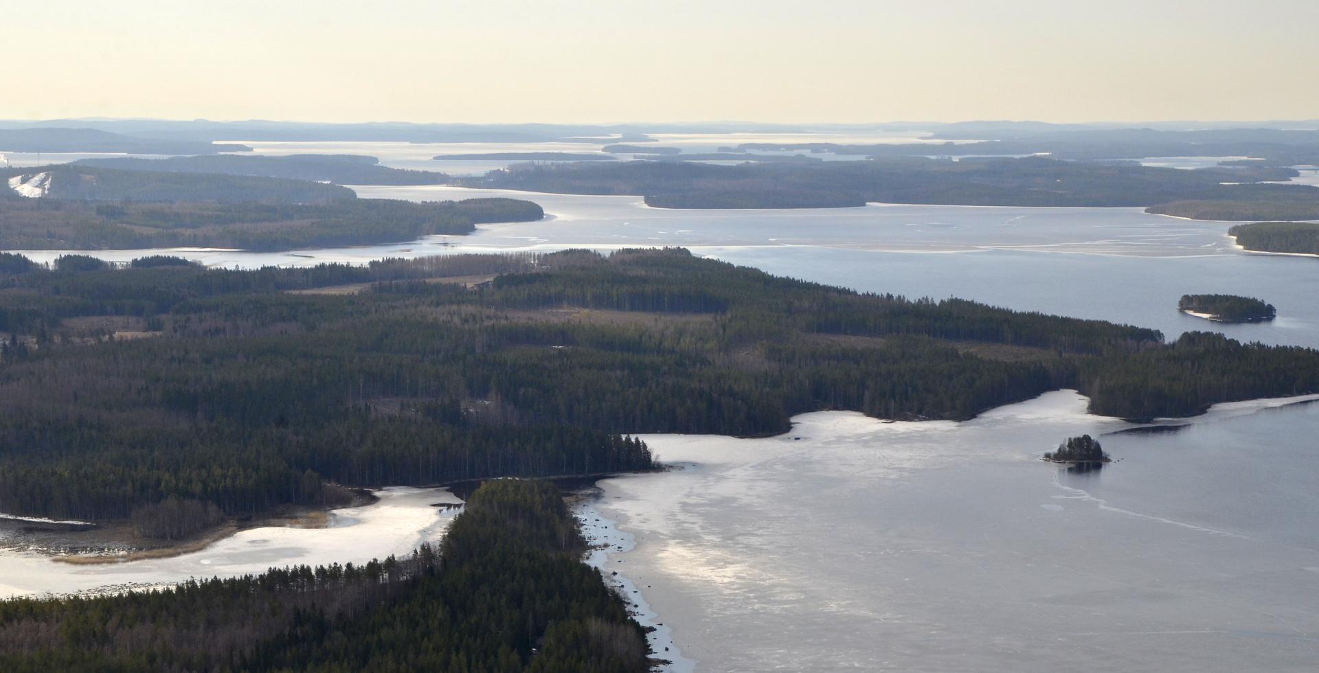 Vasemmalla lähimpänä Myllylahti ja ylempänä laskettelurinteet.