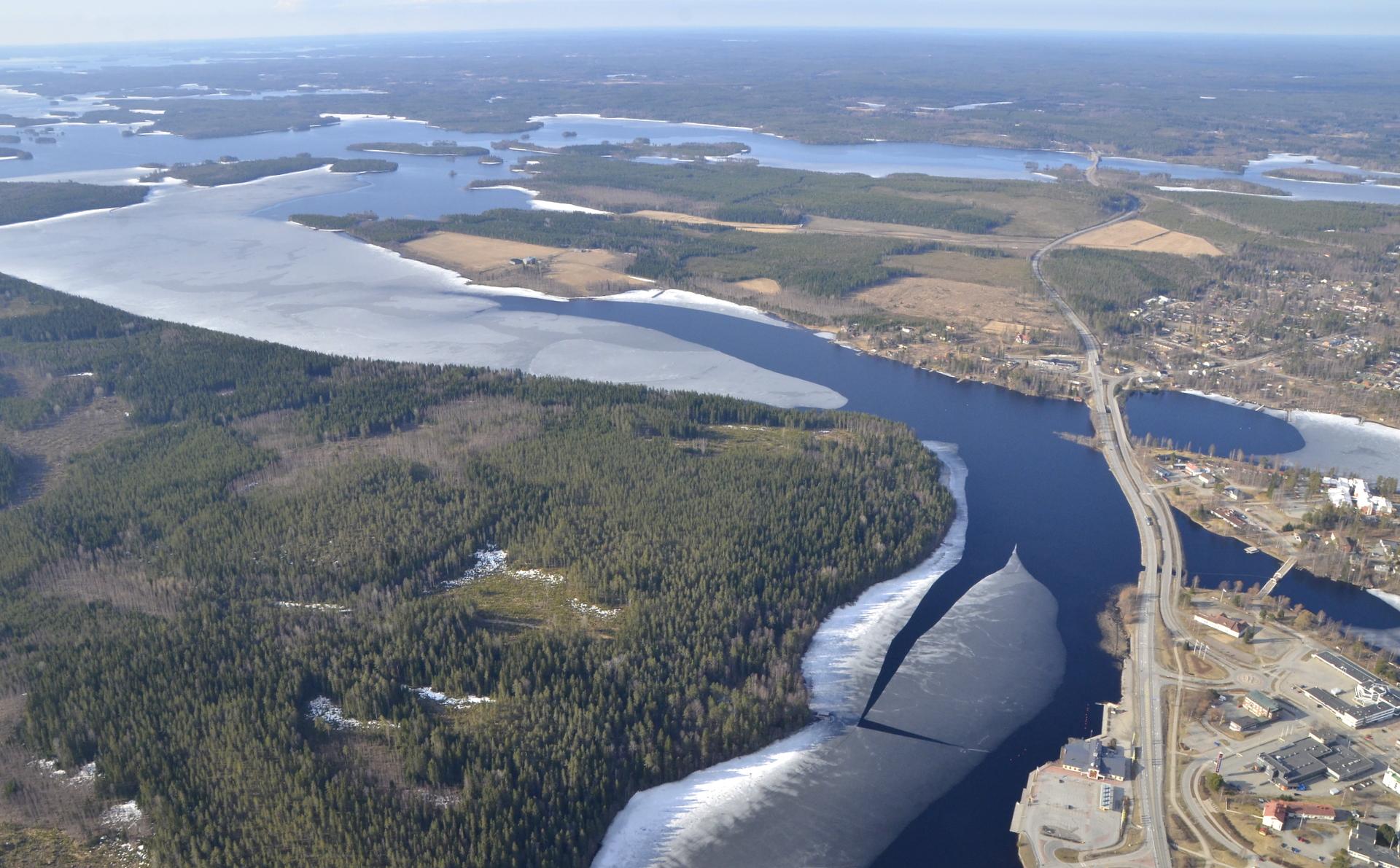 Vasemmalla Vanha Kirkkosaari, nelostie etelään.