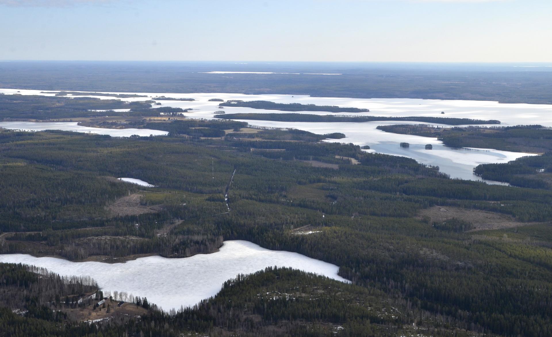 Rauskajärvi, Oikealla Koliman sula Koskilahti Kärnänkosken niskalla. Oikealla taaempana Matoselkä.