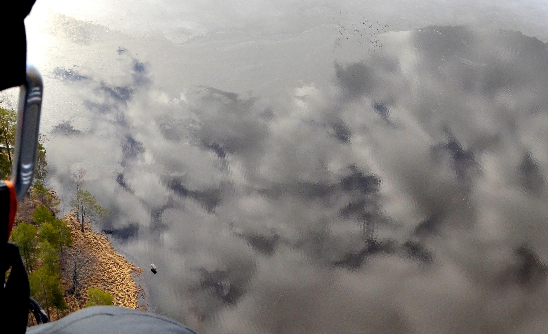 Viimeisenä kuvana sorsanpesä ja pilvien heijastus vedestä. Hyvää Vappua kaikille!