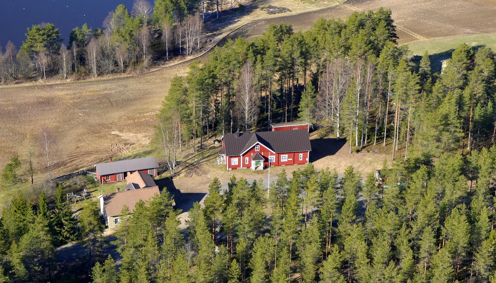 Tämä noin 100 vuotias kylätalo Huvikennäs on koko kylätoiminnan keskus ja silmäterä. Vieressä on Pasalan viimeisin toiminnassa olleen kyläkaupan rakennus.22.5.2020