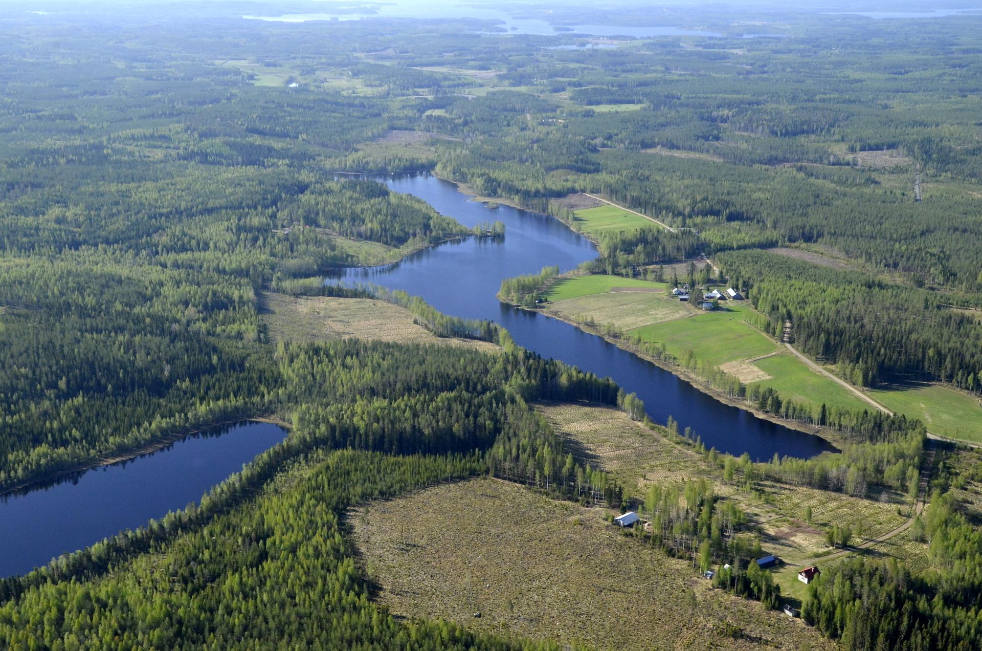 Saarijärvi etelän suuntaan nähtynä. Vasemmalla Keskimmäinen.