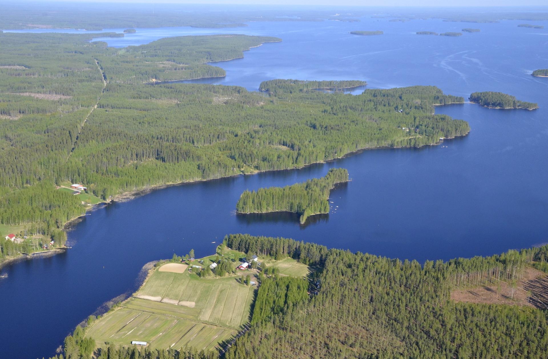 Lähimpänä Vapaniemi ja Pukkisaari. Koliman takarannalla Pihtipudas. Vasemmalla tie johtaa Löytänälle.