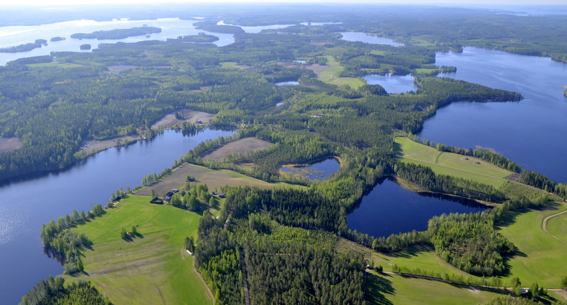 Näkymä Vapaniemen seutuvilta Pasalajärven suuntaan. Vasemmalla kaukaisuudessa Kolimanpää.