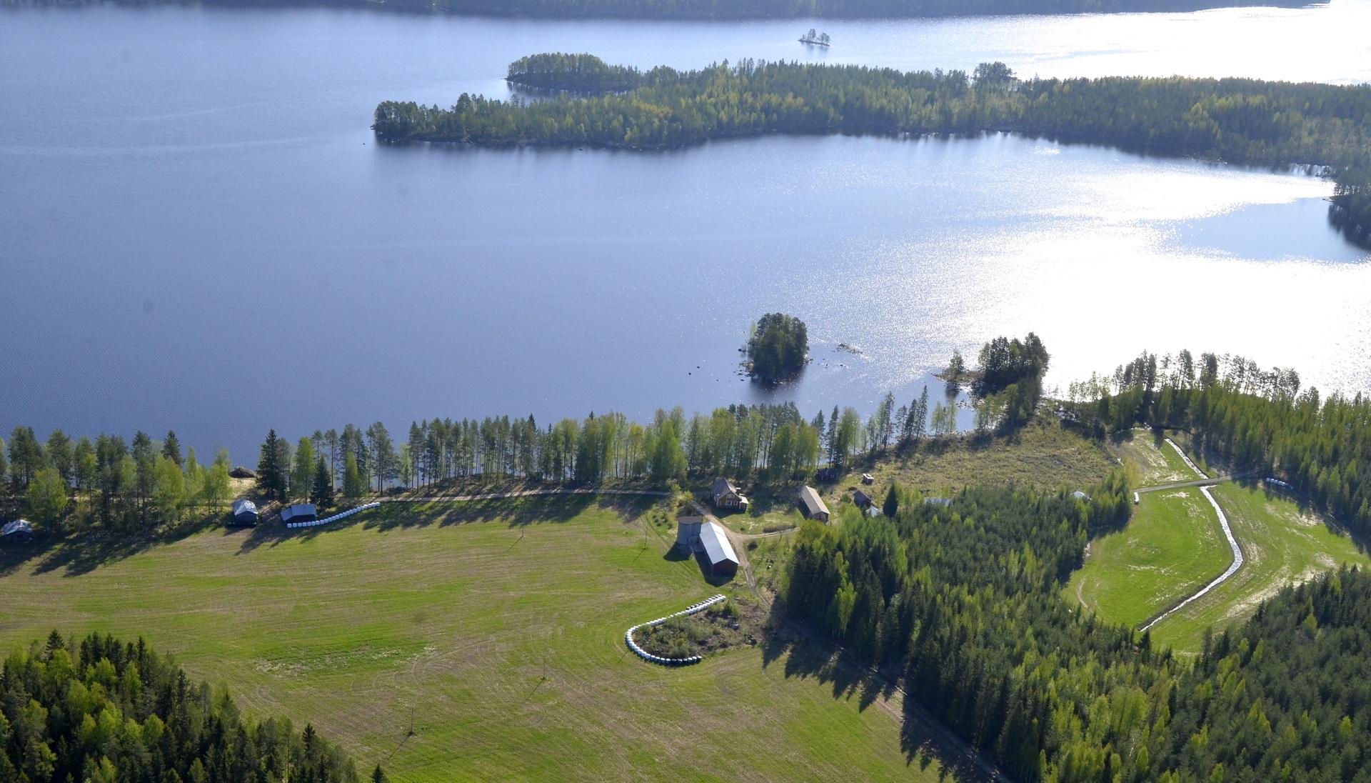 Nyt ollaan Matoselän puolella Järkiniemen tyvellä. Kuvassa Salmela ja Roikkasaari.