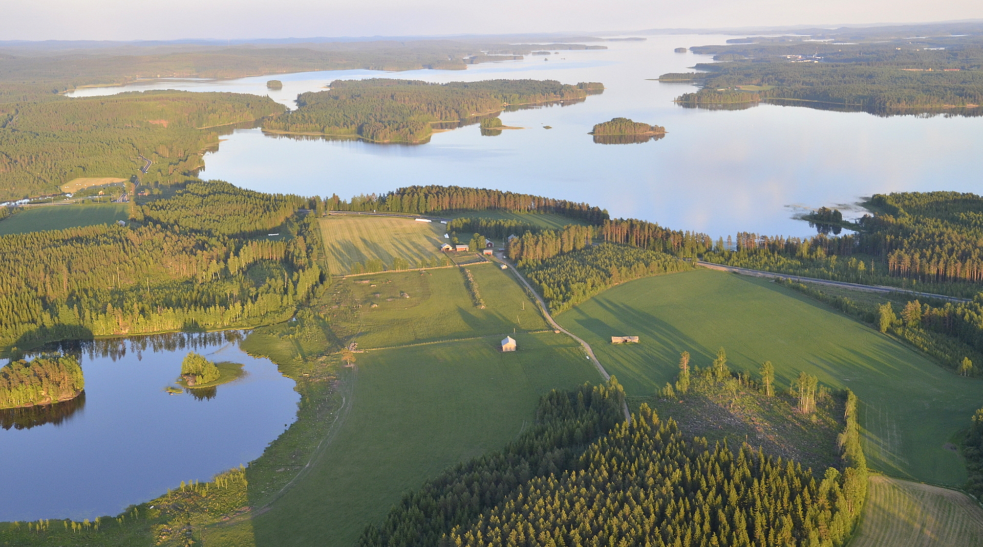 Piolampi vasemmalla, edessä Muikunlahti ja Niemelä. 9.7.2017