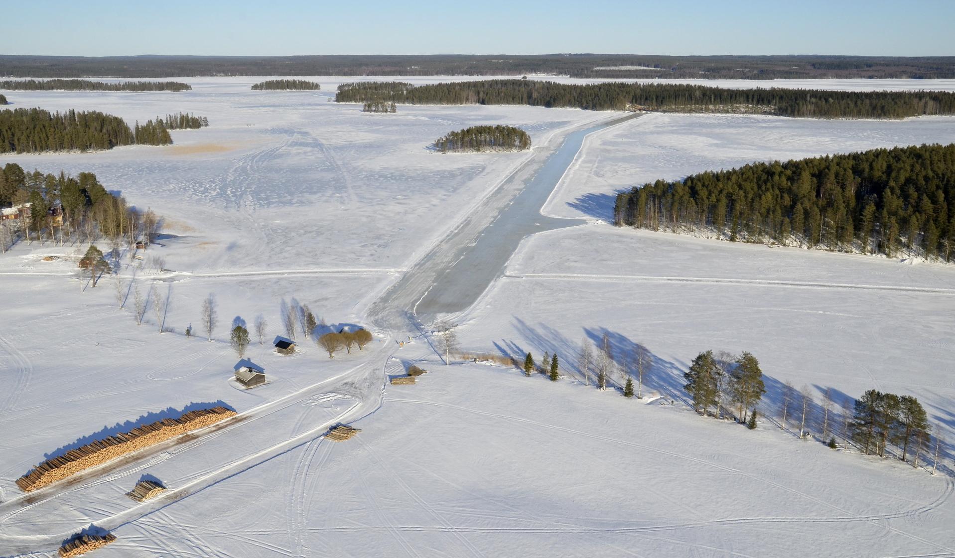 Valkaman talvitie Haapasaareen. Vasemmalla Koliman leirikeskus ja kylän uimaranta. 21.2.2019