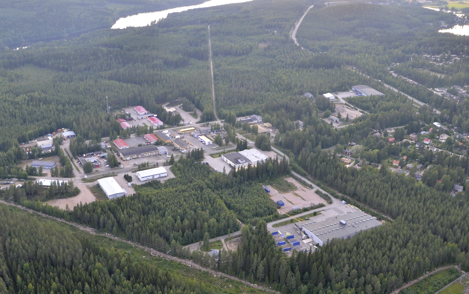 Suolahden teollisuusaluetta. Taustalla pilkottaa Paatela.