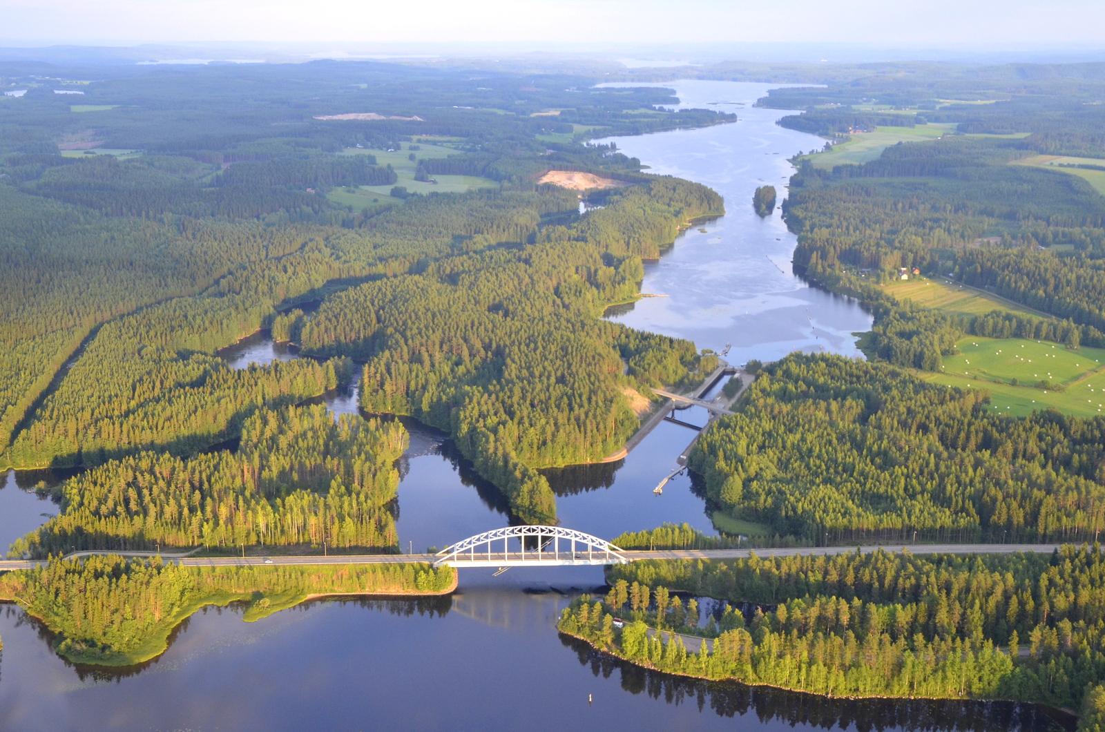 Hirvaskankaan suuntaan lentäessäni kylpi Pörrin silta ila-auringossa:)