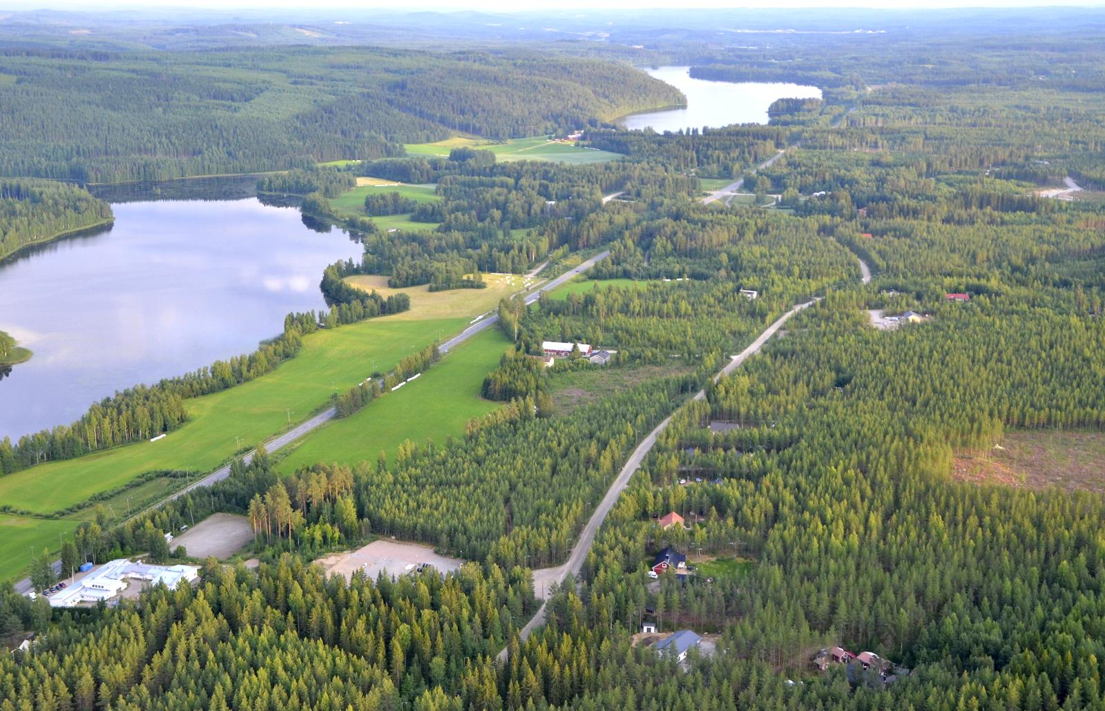 Hirvaskylää Hirvasjärvien kupeella. Vasemmalla alhaalla entinen Hirvasen koulu.