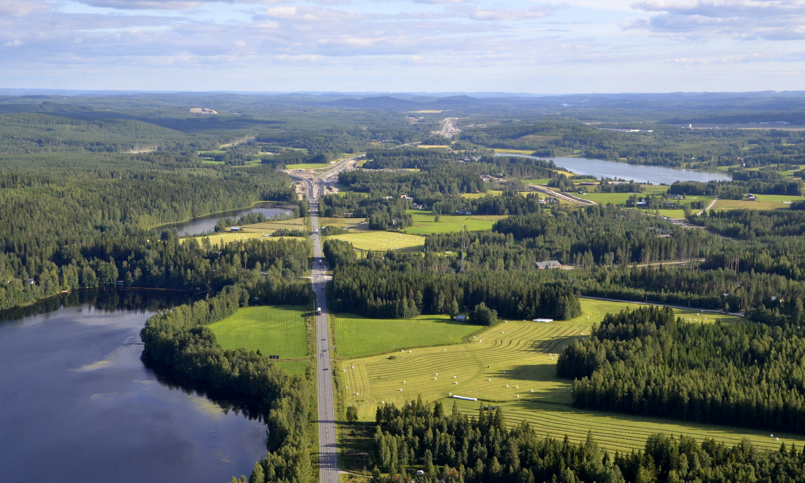 Matka jatkuu Iso-Hirvasen kupeella kohti Vehniänkylää.