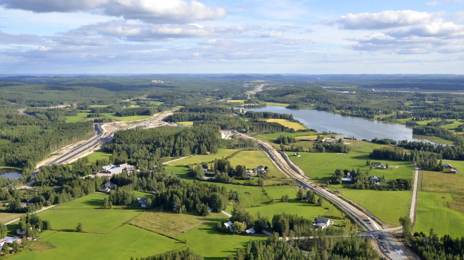 Nyt ollaan Vehniällä, josta liikenne erkanee tuonne vasemmalle rinnakkaistielle. Oikealla Alanenjärvi ja lentokenttä.