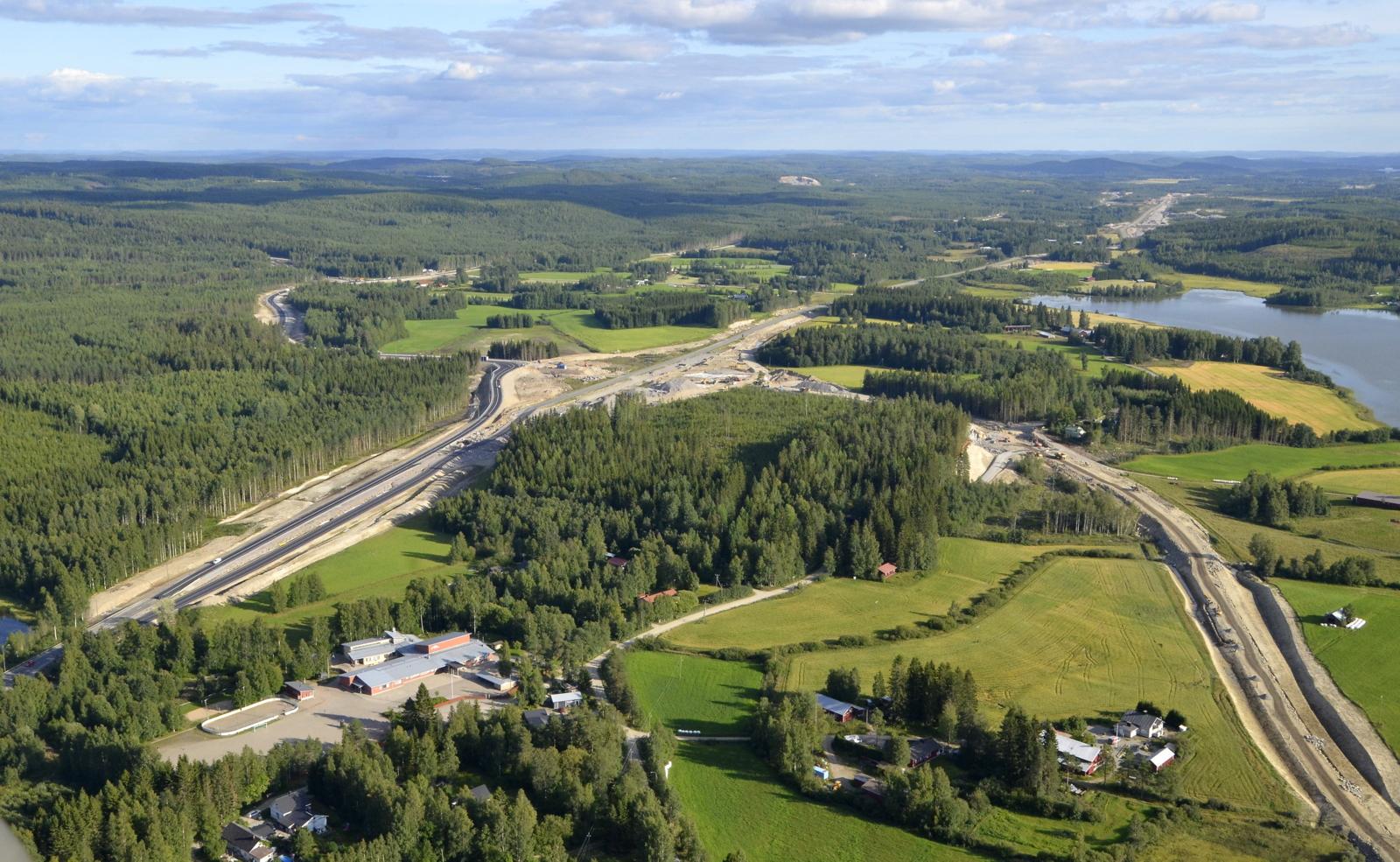 Oikealla rakenteilla oleva tie on uusi Vehniän läpi johtava tie.