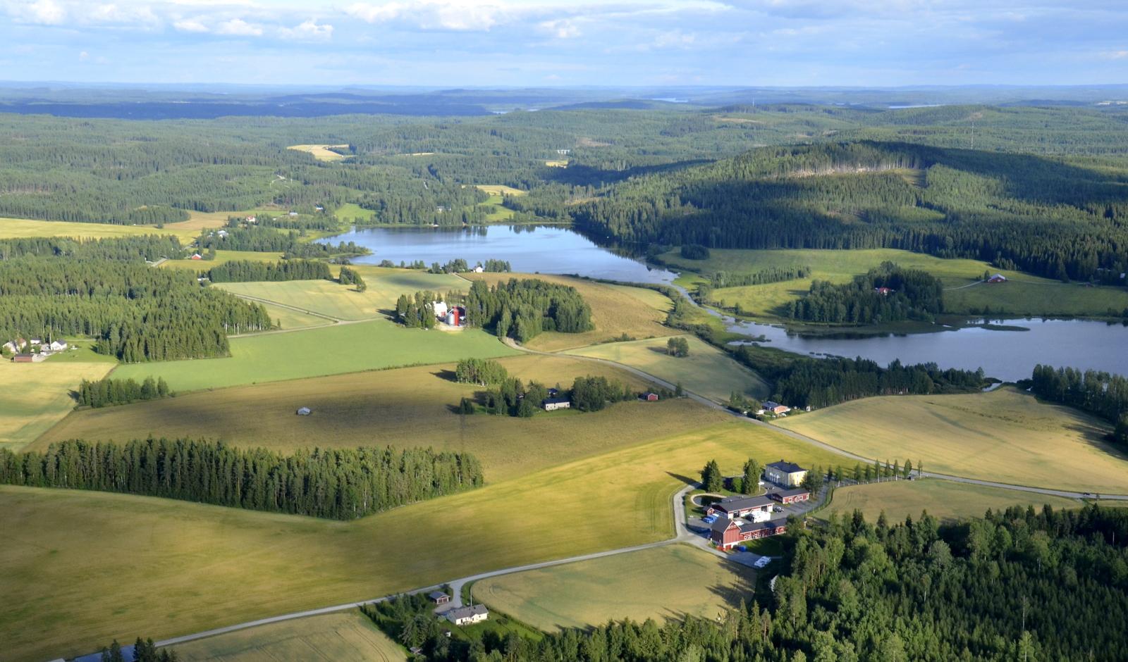 Vähäjärvi vas. ja Lehesjärvi oikealla.