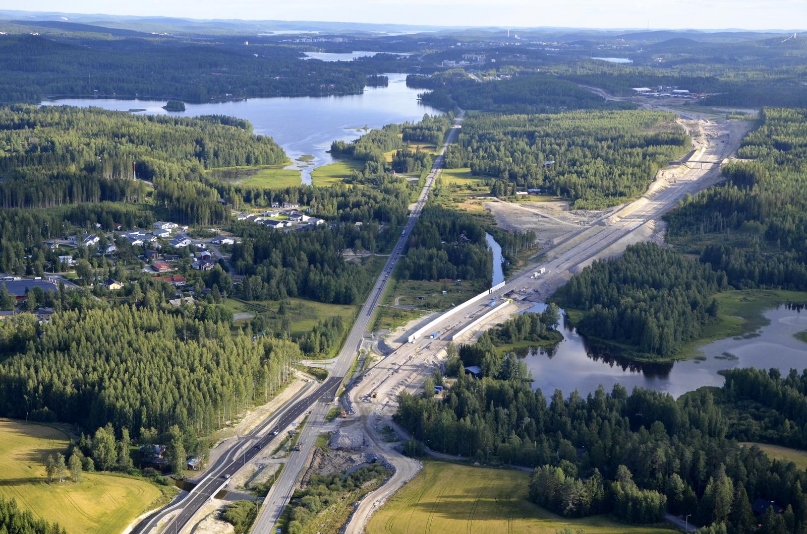 Korttajärvi oikealla. Laskee vetensä Alvajärveen vasemmalle.