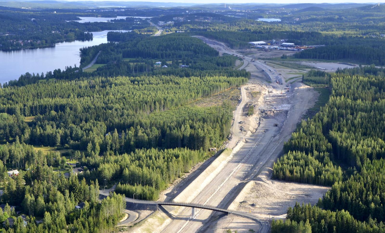 Moottoritien linjaus kallioisten mäkien halki. Siltaa pitkin pääsee mm. Laahanmäen as.alueelle.